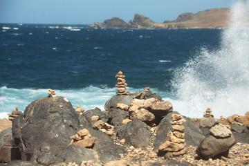 Veduta marina con sassi di fronte al mare mosso, Aruba, mar dei Caraibi