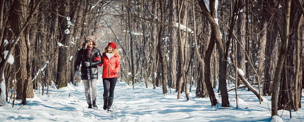 Paar bei Spaziergang im Winter an einem klaren und kalten Tag