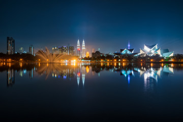 Fotomurales - Cityscape of Kuala Lumpur at night. Titiwangsa park at Kuala Lumpur, Malaysia skyline at night.