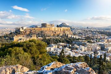 Fotomurales - Blick auf die verschneite Akropolis von Athen mit dem Parthenon Tempel an einemsonnigen Wintertag, Griechenland