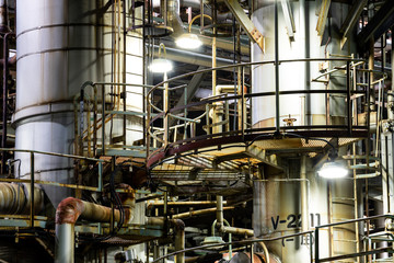 Spoed Foto op Canvas Industrial geb. Column tower in petrochemical plant at night