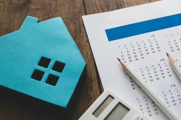 カレンダーと住宅模型