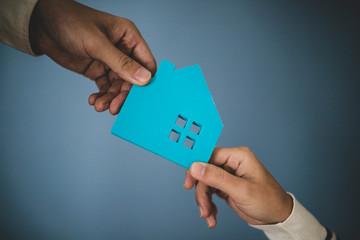 住宅模型と人の手