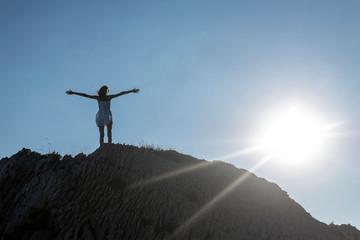 teenager steht auf Felsen