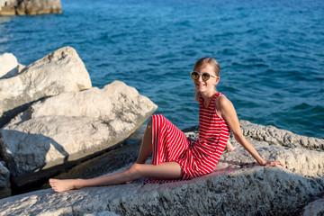 teenager sitzt am Meer