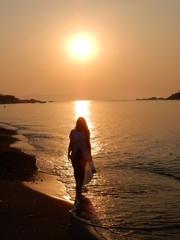 Ragazza all'alba sul mare