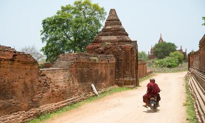 Foto op Plexiglas Asia land Buddhist monk riding motorcycle, Bagan, Myanmar バイクに乗って移動する僧侶(ミャンマー・バガン)