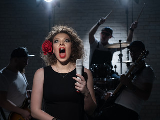 Woman sings loudly. Humor.