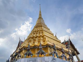Las estatuas de monos y demonios que sostienen la  pagoda dorada de Wat Phra Kaew (Templo del Buda Esmeralda), Bangkok, Tailandia