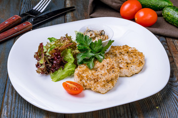 chicken cutlets with mixed salad