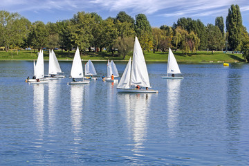 Deurstickers Zeilen The small sailing ships regatta on the blue lake