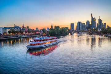 Fototapete - Frankfurt skyline and cruise boat