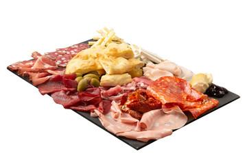 Salumi italiani, formaggio e pizza su un tagliere rettangolare, sfondo bianco