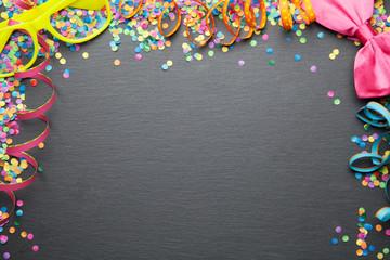 Geburtstag Karneval Party Hintergrund mit Konfetti und Luftschlangen