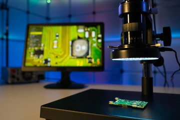 Inspection of the quality of silicon chips in the laboratory with a microscope