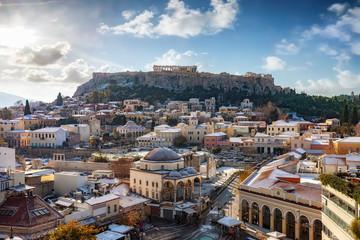 Fotomurales - Blick über die verschneite Altstadt von Athen, die Plaka, zur Akropolis mit dem Parthenon Tempel im Winter. Griechenland