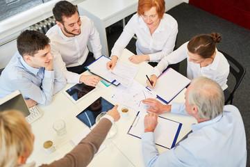 Team sitzt zusammen im Business Meeting