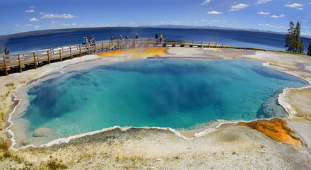Papiers peints Bleu ciel Yellowstone - West Thumb Geyser Basin, Black Pool. Scenic Landscapes of Geothermal activity, Yellowstone National Park, UNESCO World Heritage Site, USA