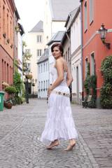 Frau geht durch Straße