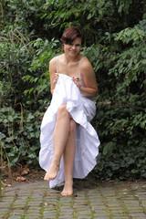 Junge Frau barfuß im Sommerkleid