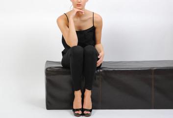 frau in engen leggings fitness sitz auf sofa lange beine