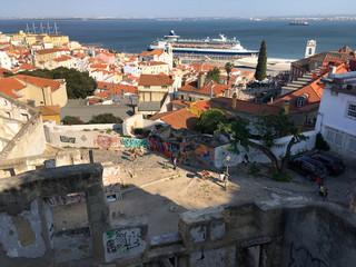 Kreuzfahrtschiff im Hafen von Lissabon