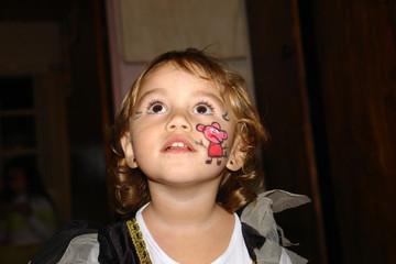 Menina com a cara pintada