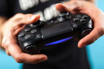 Fotoväggar - Male hands holding a gaming controller
