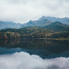 朝靄の鏡池 秋の戸隠,長野 Kagami-ike (Mirror Pond) in morning mist / Nagano, Japan