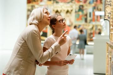 Fototapeta Woman and girl visiting museum obraz