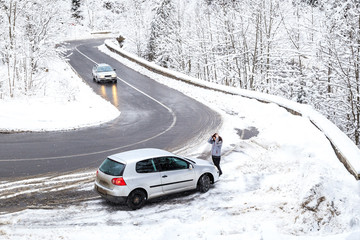 Woman panicked by the car broke through mountain serpentines in the winter