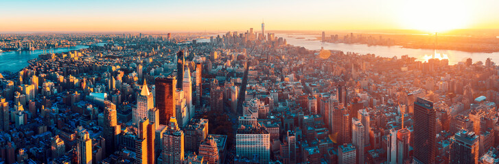 Photo sur Plexiglas New York Amazing aerial panoramic view of Manhattan wit sunset