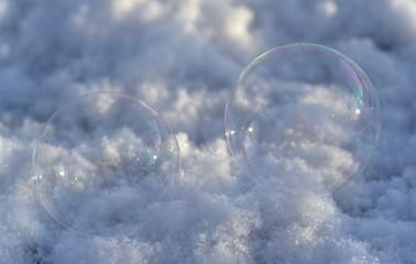 Seifenblasen im Winter glänzen in der Sonne