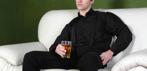 mann mit getränk in der hand bier woskey wein bar