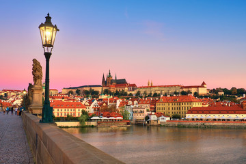 Fotomurales - Charles Bridge in the morning with old Prague and St. Vitus cathedral