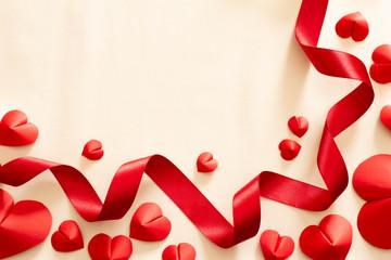 赤いハートと赤いリボンの愛情のイメージ