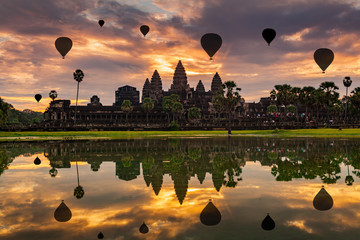 Papiers peints Lieu connus d Asie Sunrise on Angkor Wat Temple in Cambodia.