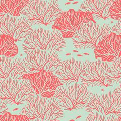 Графический бесшовный узор на зеленом фоне с изображением кустов кораллов красного цвета. Между ними располагаются маленькие рыбки и морские звёзды.