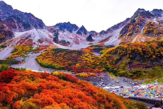 日本、北アルプス、穂高連峰、涸沢の紅葉、秋の絶景