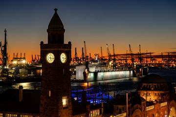 Hamburg Landungsbrücken bei Sonnenuntergang