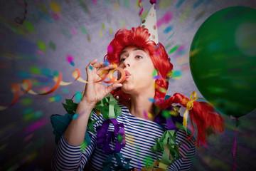 Party Stimmung Frau zum Karneval mit Luftschlange und Konfettiregen