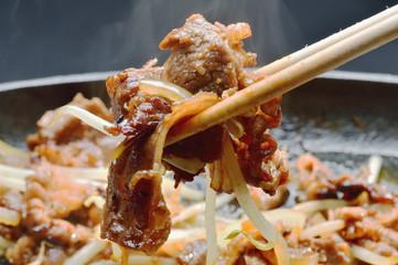 焼き肉の調理シーン