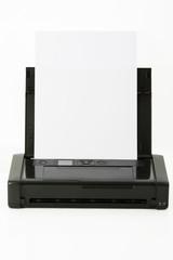 mobiler Drucker vor weißem Hintergrund, Freisteller
