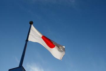 青空と日本の国旗