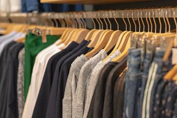 Damenbekleidung, Mode im Geschäft
