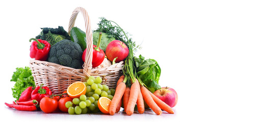 Photo sur Plexiglas Legume Fresh organic fruits and vegetables in wicker basket