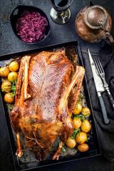 Traditionelle gebratene gefüllte Weihnachtsente mit Blaukraut und Kartoffel als Draufsicht auf einem Board