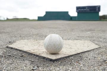 ホームベースと軟式ボール