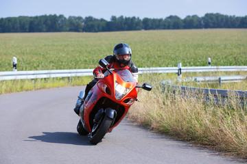 Motorradfahrer durch die Kurve