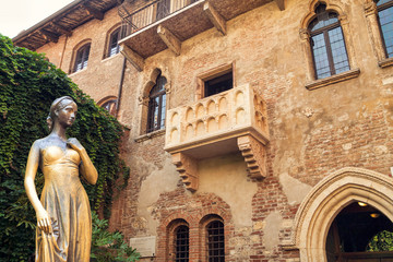 Zelfklevend Fotobehang Europese Plekken Bronze statue of Juliet and balcony by Juliet house, Verona, Italy.